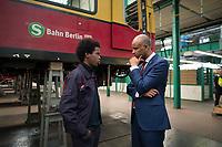 DEU, Deutschland, Germany, Berlin, 14.03.2017: Besuch des Projekts Chance Plus für Flüchtlinge im Werk Schöneweide der S-Bahn Berlin. Hier Kanadas Einwanderungsminister Ahmed Hussen im Gespräch mit einem Flüchtling aus Afrika, der ein Praktikum bei der S-Bahn macht.