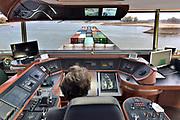 Nederland, Nijmegen, Waal, 21-10-2018Reportage aan boord van de Henri R mbt de problemen voor de binnenvaart vanwege het lage water in de Waal en Rijn. Schipper in de stuurhut.Foto: Flip Franssen