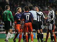 Fotball<br /> UEFA-cup 2004/05<br /> Newcastle v Heerenveen<br /> 24. februar 2005<br /> Foto: Digitalsport<br /> NORWAY ONLY<br /> Newcastle's Steven Taylor (#27) cannot believe it as the referee, Dejan Delevic (C) awards Heerenveen a penalty
