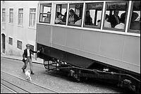 Portugal. Lisbonne. L'homme, le chien et le tramways