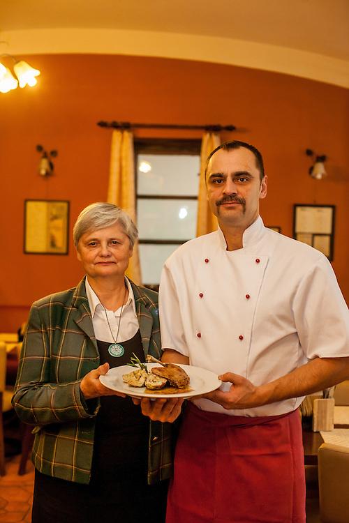 """Zwei Generationen Familien Restaurant """"U Ampezonu"""" - die Eigentümer Herr Skala und seine Mutter - in der Konviktska Strasse in Prag."""