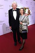 Gala van Het Nationale Ballet in de Stopera, Amsterdam.<br /> <br /> Op de foto:  Wim Kok en partner Rita Kok