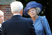 Prinses Beatrix tijdens de reunie van het Genootschap Engelandvaarders. In de Tweede Wereldoorlog staken de verzetsleden met een bootje over naar Engeland en hielpen Nederland mee te bevrijden. <br /> <br /> Princess Beatrix during the reunion of the Society England boaters. In World War II resistance members by boat crossed to England and helped liberate the Netherlands with.<br /> <br /> Op de foto / On the photo:  Prinses Beatrix in gesprek met Engelandvaarders / Princess Beatrix talks with England boaters