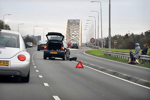 Nederland, Nijmegen, 30-10-2011File voor de Waalbrug van Nijmegen doordat een auto met pech een rijbaan blokkeert. Deze brug is de enige toegangsweg uit het noorden, de Betuwe. Er wordt gewerkt aan een tweede brug, de oversteek, een stadsbrug.Foto: Flip Franssen/Hollandse Hoogte