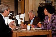 Deltacommissaris Wim Kuijken tijdens werkbezoek in Lauwersoog tijdens de lunch in gesprek met burgemeester Koos Wiersma (De Marne) en watermediair Egbertha Schuiling.