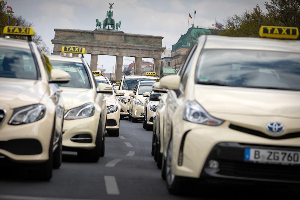 Mehrere tausend Taxifahrer protestieren mit einer Sternfahrt durch Berlin und einer Protestkundgebung am Brandenburger Tor gegen eine geplante Novelle des Personenbeförderungsgesetzes. Der  Bundesverband Taxi und Mietwagen hat zu dem deutschlandweite Aktionstag aufgerufen. Die Demonstranten kritisieren Liberalisierungspläne von Verkehrsminister A n d r e a s  S c h e u e r, da sie befürchten dass für Mobilitätsdienstleiser wie Uber oder Moia weniger gesetzliche Auflagen als für die Taxibranche gelten.<br /> <br /> [© Christian Mang - Veroeffentlichung nur gg. Honorar (zzgl. MwSt.), Urhebervermerk und Beleg. Nur für redaktionelle Nutzung - Publication only with licence fee payment, copyright notice and voucher copy. For editorial use only - No model release. No property release. Kontakt: mail@christianmang.com.]