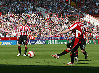 Photo: Paul Greenwood.<br />Sheffield United v West Ham United. The Barclays Premiership. 14/04/2007.<br />Sheffield United's Michael Tonge (R) scores from a free kick
