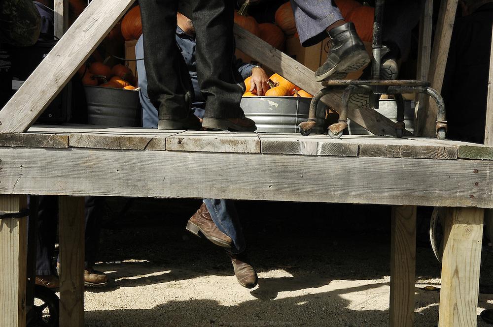 Vente aux enchères des récoltes Amish organisée deux fois par semaine par William Borntrager, l'un des fermiers Amish les plus influent du conté de Clark, Missouri. Cette vente est le second moyen de distribution des produits Amish après la vente directe à la ferme. Les principaux clients sont de petits commerçants locaux.<br /> <br /> The Amish produce auction is organized twice a week by William Borntrager. The auction is the second way for the farmers to distribute their produces after the direct sale on the farm. Main customers are local shops.