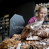 Nederland, Amsterdam , 20 oktober 2014.<br /> Niene graait naar zakken pepernoten in De Pepernotenfabriek-Van Delft in de van Woustraat.<br /> Foto:Jean-Pierre Jans
