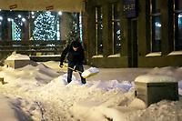 Bialystok, 16.01.2021. Gwaltowny atak zimy, w ciagu paru godzin przybylo kilkanascie centymetrow sniegu N/z reczne odsniezanie chodnika fot Michal Kosc / AGENCJA WSCHOD
