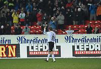 Fotball Testimonial Roar Strand,  Rosenborg - Tippeliga All-Stars 11 november  2010<br /> Lerkendal Stadion, Trondheim<br /> <br /> Roar Strand takker publikum etter kampen<br /> <br /> <br /> Foto : Arve Johnsen, Digitalsport