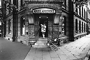 Duitsland, Weimar, 1-7-1990Op 1 juli 1990 werd de duitse monetaire eenwording effectief. De burgers van de ddr konden hun marken, ostmarken, inwisselen tegen de west-duitse mark, in winkels vond een grote operatie plaats om prijzen aan te passen en westerse producten in de schappen te leggen. Adlet apotheek,apothekeFoto: Flip Franssen/Hollandse Hoogte