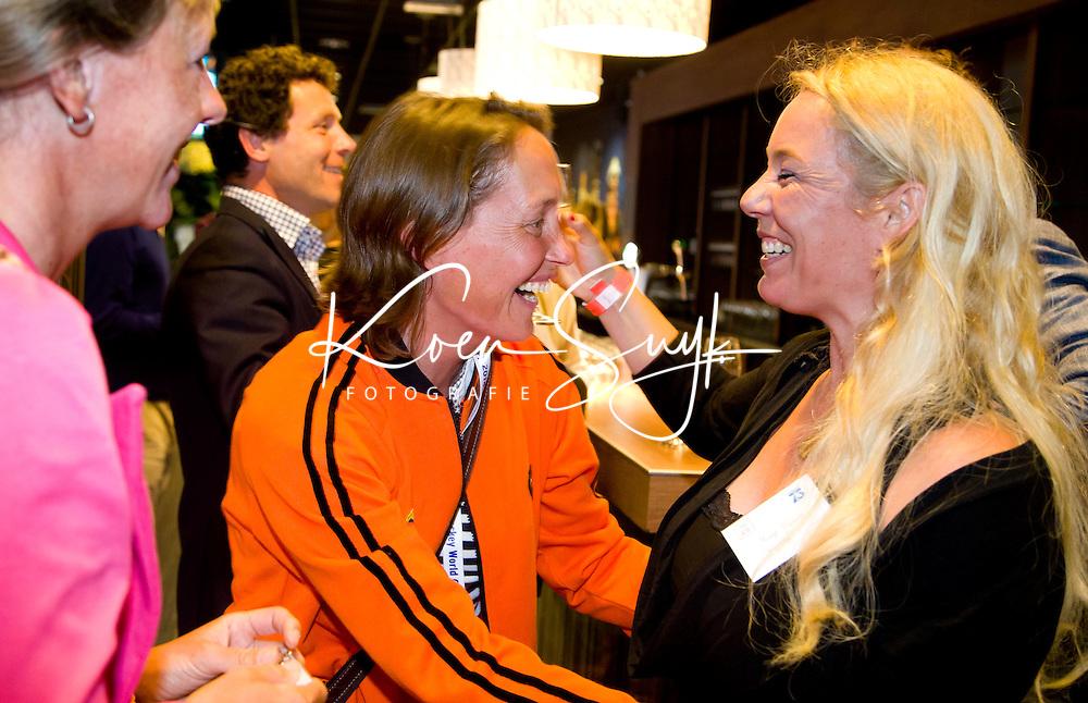 DEN HAAG - Batavieren ontmoeten andere sporters. World Cup Hockey. Margje Teeuwen met Carole Thate. COPYRIGHT KOEN SUYK