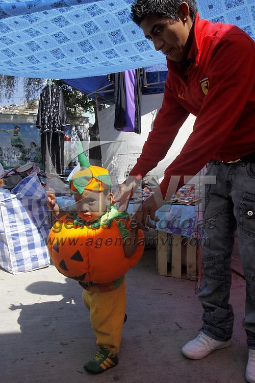 Toluca, Mex.- Comerciantes instalados en la Avenida Santos Degollados venden disfraces de todos tipos para las fiestas de Brujas que se celebran en estos días antes de la llegada del día de Muertos, brujas, calabazas, catrinas, vampiros, son algunos de los trajes que se pueden encontrar para chicos y grandes. Agencia MVT / Crisanta Espinosa. (DIGITAL)<br /> <br /> NO ARCHIVAR - NO ARCHIVE