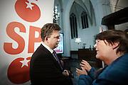 Emile Roemer praat met een aanhanger van de SP. Roemer voert voor de SP in de Jacobikerk in Utrecht voor de Provinciale Statenverkiezingen. Tijdens de avond krijgt hij onder andere een rapport over de zorg in Utrecht aangeboden en beantwoordt hij vragen van aanwezigen.<br /> <br /> Emile Roemer, leader of the Dutch socialists party SP, is talking to a woman at the campaign for the next elections.