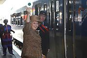 Koningin  bij Zilverrail <br /> <br /> Hare Majesteit de Koningin was op  27 oktober aanwezig bij de afsluiting van Zilverrail, de Koninklijke Feest Express. <br /> <br /> <br /> <br /> Deze jongerentrein trekt door het land ter gelegenheid van het Zilveren Regeringsjubileum. De Koningin sluit de feestelijkheden af op de laatste dag, donderdag 27 oktober, in Delft. <br /> <br /> <br /> <br /> Queen at Zilverrail <br /> <br /> <br /> <br /> Her Majesty the queen was on 27 October present at the ending of the  Zilverrail, the royal festival Express. This young people train passes the government jubilee through the country