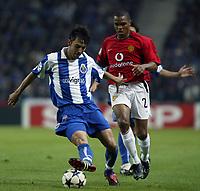 PORTO-25 FEVEREIRO:PAULO FERREIRA#22  e QUINTON FORTUNE#25 no jogo F.C. Porto vs Manchester United F.C. primeira mao dos oitavos de final da Liga dos campeoes realizado no estadio do Dragao 25/02/2004.<br />(PHOTO BY:GERARDO SANTOS/AFCD)
