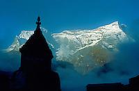 Nepal. Region du Khumbu. Zone de l'Everest. Chorten ou stupa bouddhiste. Chaine de montagne du Thamserku (6608m). // Nepal. Khumbu region, Everest area, chorten or stupa (buddhiste monument) with Thamserku mountain (6608m).