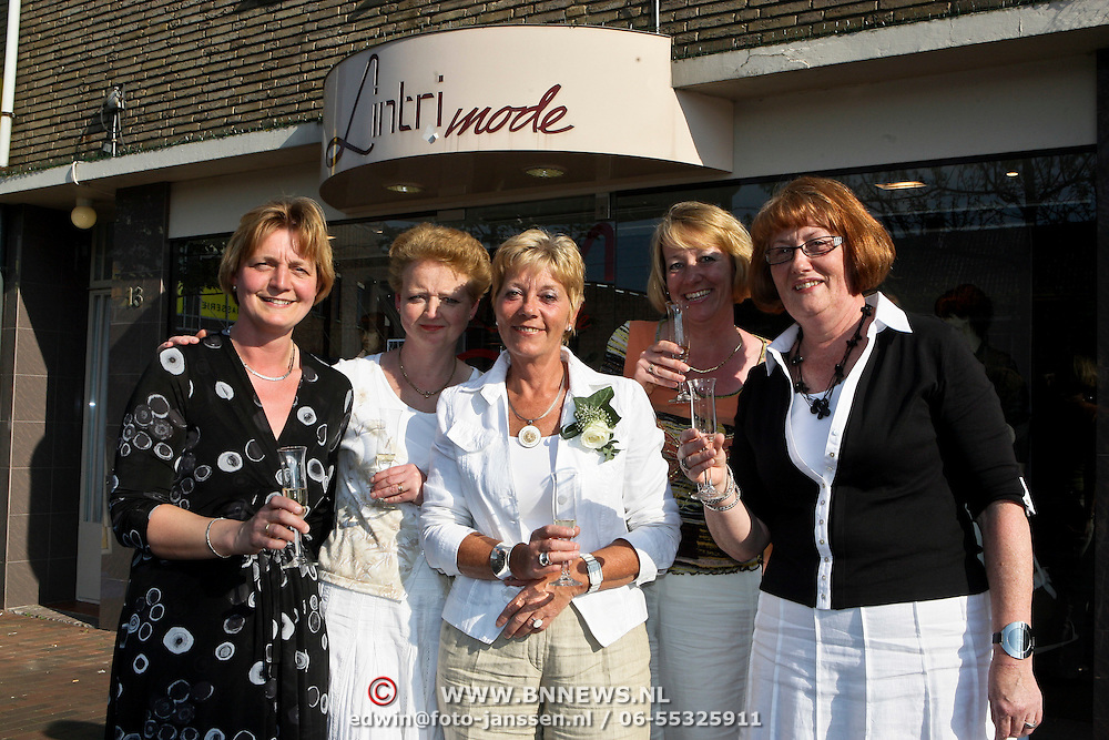 NLD/Huizen/20080506 - Medewerkster 20 jaar werkzaam bij Lintri Mode Huizen,