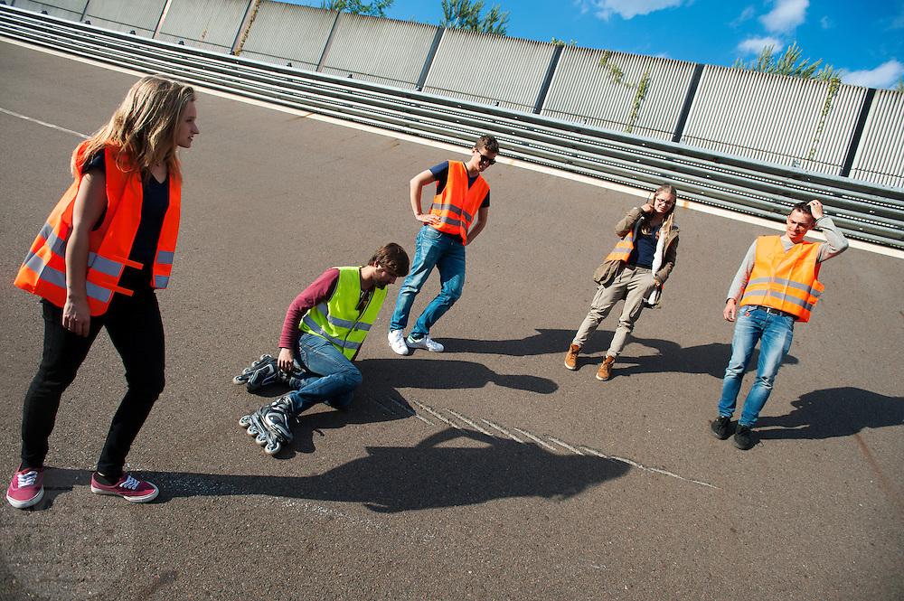 Teamleden bekijken de beschadigingen op de baan. Het Human Power Team Delft en Amsterdam (HPT), dat bestaat uit studenten van de TU Delft en de VU Amsterdam, is in Senftenberg voor een poging het laagland sprintrecord te verbreken op de Dekrabaan. In september wil het HPT daarna een poging doen het wereldrecord snelfietsen te verbreken, dat nu op 133 km/h staat tijdens de World Human Powered Speed Challenge.<br /> <br /> Team members inspect the damages on the track. With the special recumbent bike the Human Power Team Delft and Amsterdam, consisting of students of the TU Delft and the VU Amsterdam, is in Senftenberg (Germany) for the attempt to set a new lowland sprint record on a bicycle. They also wants to set a new world record cycling in September at the World Human Powered Speed Challenge. The current speed record is 133 km/h.