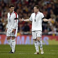 Fotball<br /> Privatlandskamp<br /> Spania v England<br /> 17. november 2004<br /> Foto: Digitalsport<br /> NORWAY ONLY<br /> England's Wayne Rooney (R) protests his innocence as Wayne Bridge looks on