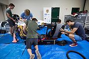 Teamleden lopen de VeloX 7 na. Het Human Power Team Delft en Amsterdam (HPT), dat bestaat uit studenten van de TU Delft en de VU Amsterdam, is in Amerika om te proberen het record snelfietsen te verbreken. In Battle Mountain (Nevada) wordt ieder jaar de World Human Powered Speed Challenge gehouden. Tijdens deze wedstrijd wordt geprobeerd zo hard mogelijk te fietsen op pure menskracht. Het huidige record staat sinds 2015 op naam van de Canadees Todd Reichert die 139,45 km/h reed. De deelnemers bestaan zowel uit teams van universiteiten als uit hobbyisten. Met de gestroomlijnde fietsen willen ze laten zien wat mogelijk is met menskracht. De speciale ligfietsen kunnen gezien worden als de Formule 1 van het fietsen. De kennis die wordt opgedaan wordt ook gebruikt om duurzaam vervoer verder te ontwikkelen.<br /> <br /> The Human Power Team Delft and Amsterdam, a team by students of the TU Delft and the VU Amsterdam, is in America to set a new world record speed cycling.In Battle Mountain (Nevada) each year the World Human Powered Speed Challenge is held. During this race they try to ride on pure manpower as hard as possible. Since 2015 the Canadian Todd Reichert is record holder with a speed of 136,45 km/h. The participants consist of both teams from universities and from hobbyists. With the sleek bikes they want to show what is possible with human power. The special recumbent bicycles can be seen as the Formula 1 of the bicycle. The knowledge gained is also used to develop sustainable transport.
