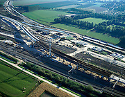 Nederland, Barendrecht, Kijfhoek, 17-10-2003; op het gelijknamig rangeerterrein wordt een betonnnen fly-over gebouwd zodat de Betuweroute bestaande sporen kan kruisen; ook de HSL is in aanleg, de hogesnelheidslijn komt langs de rand van het bestaand spoor te lopen (boven); verkeer en vervoer, transport, infrastructuur, bouwen, spoor, rail, planologie ruimtelijke ordening, landschap; DEEL VAN EEN SERIE OVER  INFRASTRUCTUUR< zie ook andere (lucht)foto's.Foto Siebe Swart