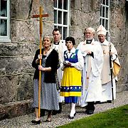 I täten Astrid Johansson ordförande i kyrkorådet i Broddarp, längst bak biskop Erik Aurelilus.<br /> FOTO: BOEL FERM