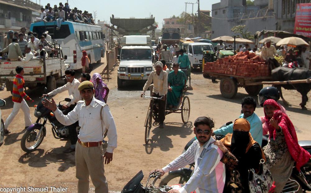 On the road near Anupshahar, India.<br /> Photo by Shmuel Thaler <br /> shmuel_thaler@yahoo.com www.shmuelthaler.com