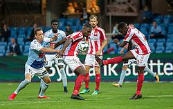 Robert Kakeeto (AaB) sparker væk foran Jores Okore (AaB) og Anders K. Jacobsen (SønderjyskE) under finalen i Sydbank Pokalen mellem AaB og SønderjyskE den 1. juli 2020 i Blue Water Arena, Esbjerg (Foto Claus Birch).
