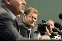 """20 AUG 2003, BERLIN/GERMANY:<br /> Gregor Gysi (L), ehem Vorsitzender PDS und Wirtschaftssenator Berlin a.D., und Olaf Scholz (R), SPD, Generalsekretaer, waehrend der Vorstellung von Gysis Buch """"Was nun? Ueber den Deutschlands Zusatnd und meinen eigenen"""", Bundespresseamt<br /> IMAGE: 20030820-01-016<br /> KEYWORDS: Generalsekretär, Buchvorstellung"""