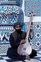 Shah Abdul Latif tomb, Sufi musician, Village of Bhit Shah, Sind Province, Pakistan // Pakistan, Sind, Bhit Shah village, tombe de Shah Abdul Latif, musicien soufi