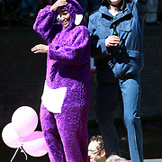 NLD/Amsterdam/20070804 - Gaypride Canalparade 2007, paarse Teletubbie