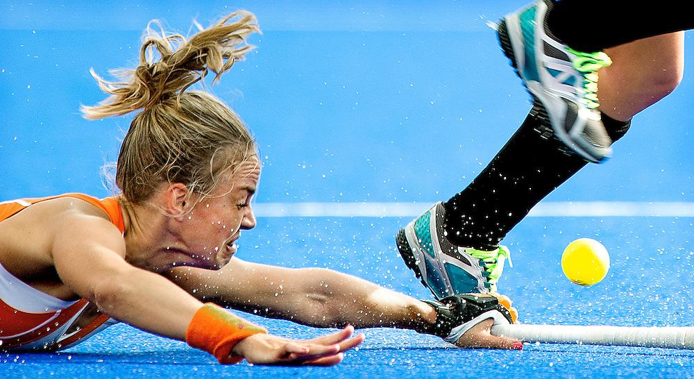 Engeland, Londen, 08-08-2012.<br /> Olympische Spelen.<br /> Hockey, Vrouwen, Halve Finale.<br /> Nederland - Nieuw Zeeland : 2 -2 Nederland wint na shoot out.<br /> Maartje Paumen onderschept de bal.<br /> Foto : Klaas Jan van der Weij