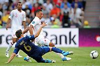 Fotball , 11. juni 2012 , Euro , England - Frankrike<br /> v.l. Yohan Cabaye, Alex Oxlade-Chamberlain (England)<br /> Norway only