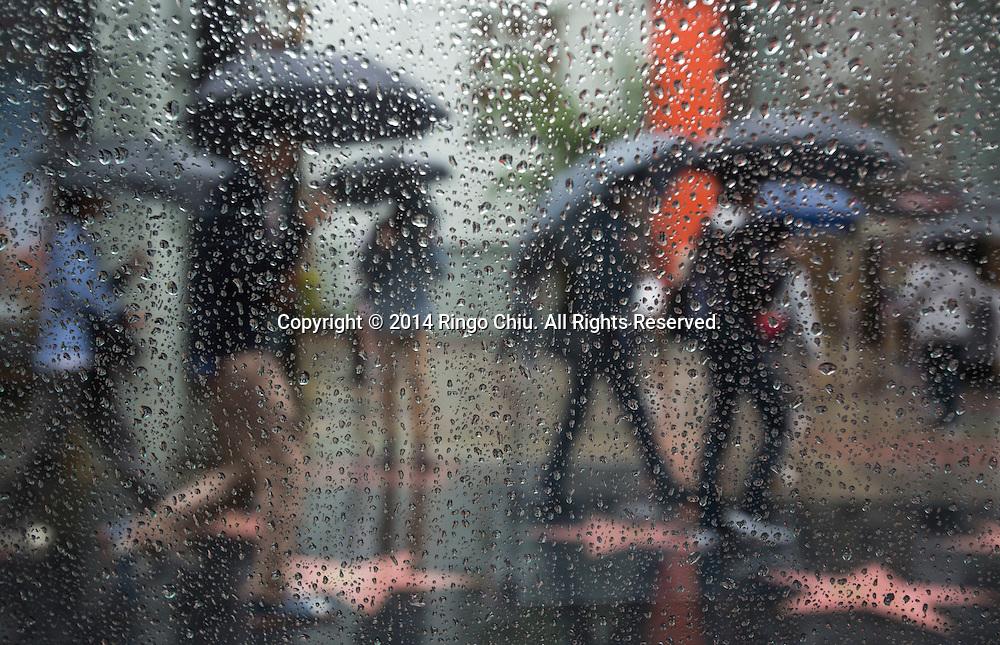 12月2日,美國加利福尼亞州洛杉磯,遊客舉傘在好萊塢星光大道上。當天南加州迎來秋天第一場暴雨,將為今年面臨嚴重乾旱問題的加州帶來2至5寸雨水。 同時,當局亦發出警告,洪水、土石流可能會襲擊部分地區。 (新華社發 趙漢榮攝)<br /> Tourists carry umbrellas as they walk on the Walk of Fame in Hollywood, California, Tuesday, December 2, 2014. California is bracing for the arrival of a new, more powerful Pacific storm following a weekend of scattered rain, showers and snow. The National Weather Service says a low-pressure system off the coast will draw a plume of subtropical moisture northward into the state beginning on Tuesday.  (Xinhua/Zhao Hanrong)(Photo by Ringo Chiu/PHOTOFORMULA.com)