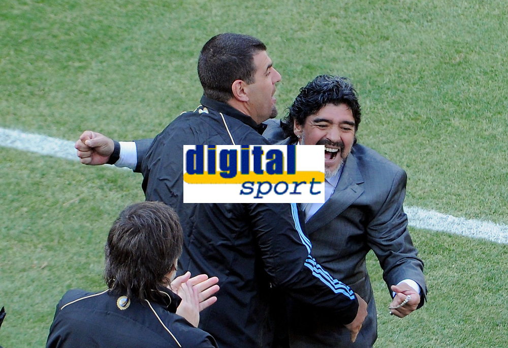 Fotball<br /> VM 2010<br /> 17.06.2010<br /> Argentina v Sør Korea<br /> Foto: Witters/Digitalsport<br /> NORWAY ONLY<br /> <br /> Jubel 2:0 Trainer Diego Maradona (Argentinien)<br /> Fussball WM 2010 in Suedafrika, Vorrunde, Argentinien - Suedkorea
