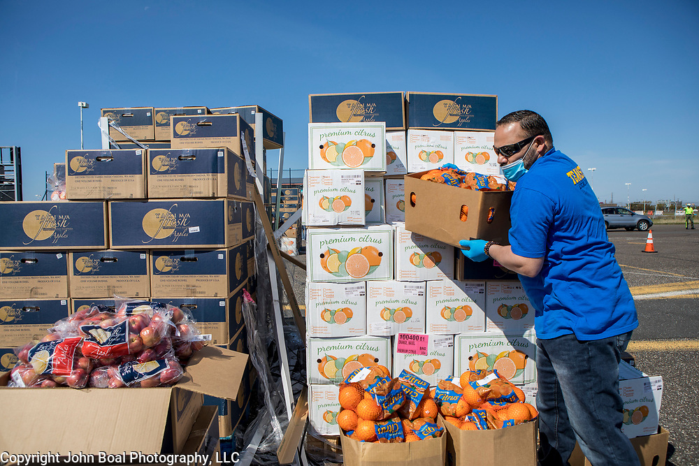 Abi Ortiz, volunteered at an emergency food distribution for unemployed casino workers in Atlantic City, New Jersey on Thursday, May 14, 2020. The Community Food Bank of New Jersey organized the event after many of the casinos in Atlantic City voluntarily shut down in early March, leading to a surge in unemployment and food insecurity.  The emergency food distribution was paid for by the Casino Reinvestment Development Authority (CRDA), who approved an additional $300,000 in funding support for in response to the ongoing COVID-19 pandemic. John Boal/for Der Spiegel