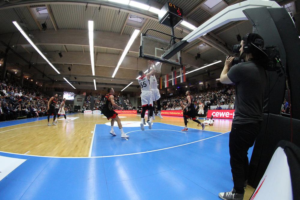 Basketball: Supercup, Deutschland - Russland, Hamburg, 18.08.2017<br /> Isaiah Hartenstein (m.) und Johannes Thiemann (beide GER)<br /> © Torsten Helmke