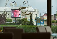 27.04.2014 Lapy woj podlaskie W dzien kanonizacji Papieza Jana Pawla II na placu w centrum miasta zostal ustawiony telebim, jednak z powodu ulewy nie bylo chetnych do ogladania transmisji z uroczystosci w Watykanie fot Michal Kosc / AGENCJA WSCHOD