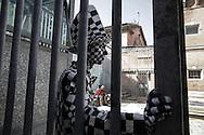 """Nel piazzale delcarcere di Volterra, lo spettacolo coi detenuti attori della compania della Fortezza. Tratto da """"Romeo e Giulietta - Mercuzio non vuole morire"""" di W. Shakespeare, regia Armando Punzo. Un attore aspetta di entrare in scena"""