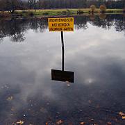 Water van Anna's Hoeve Hilversum verontreinigd met slib, bord, meer, spiegeling, waarschuwing, mileu