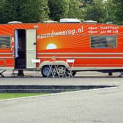 NLD/Huizen/20050711 - Caravan van de Hart en vaatstichting op het parkeerterrein Oostermeent Huizen