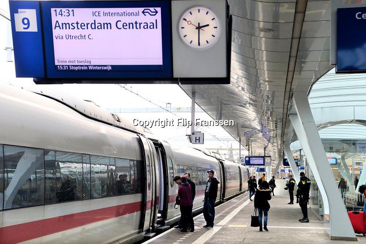 Nederland, Arnhem, 25-3-2016Op het centraal station van Arnhem is politiebewaking. Zwaar bewapende surveillance. Op het station stopt de internationale ice hoge snelheidstrein naar Amsterdam.FOTO: FLIP FRANSSEN/ HH