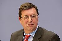 17 FEB 2004, BERLIN/GERMANY:<br /> Konrad Freiberg, Vorsitzender der Gewerkschaft der Polizei, GdP, waehrend einer Pressekonferenz zur Bekaempfung der Schwarzarbeit, Bundespressekonferenz<br /> IMAGE: 20040217-02-004