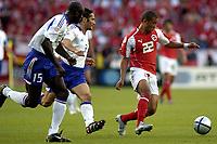 Fotball<br /> Euro 2004<br /> Portugal<br /> 21. juni 2004<br /> Foto: Pro Shots/Digitalsport<br /> NORWAY ONLY<br /> Gruppe B<br /> Frankrike v Sveits<br /> Johann Vonlanthen i duell med  Lilian Thuram og Bixente Lizarazu