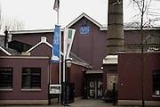 Nederland, Eindhoven, 24-3-2005..De eerste lampen fabriek van Philips in de stad Eindhoven. Het maakt onderdeel uit van de stadswandeling die langs vele historische philips lokaties voert.Het gebouw is nu museum. Frits,  Anton en Gerard Philips. Stadsbeeld, stadslandschap. Industrie, geschiedenis...Foto: Flip Franssen/Hollandse Hoogte