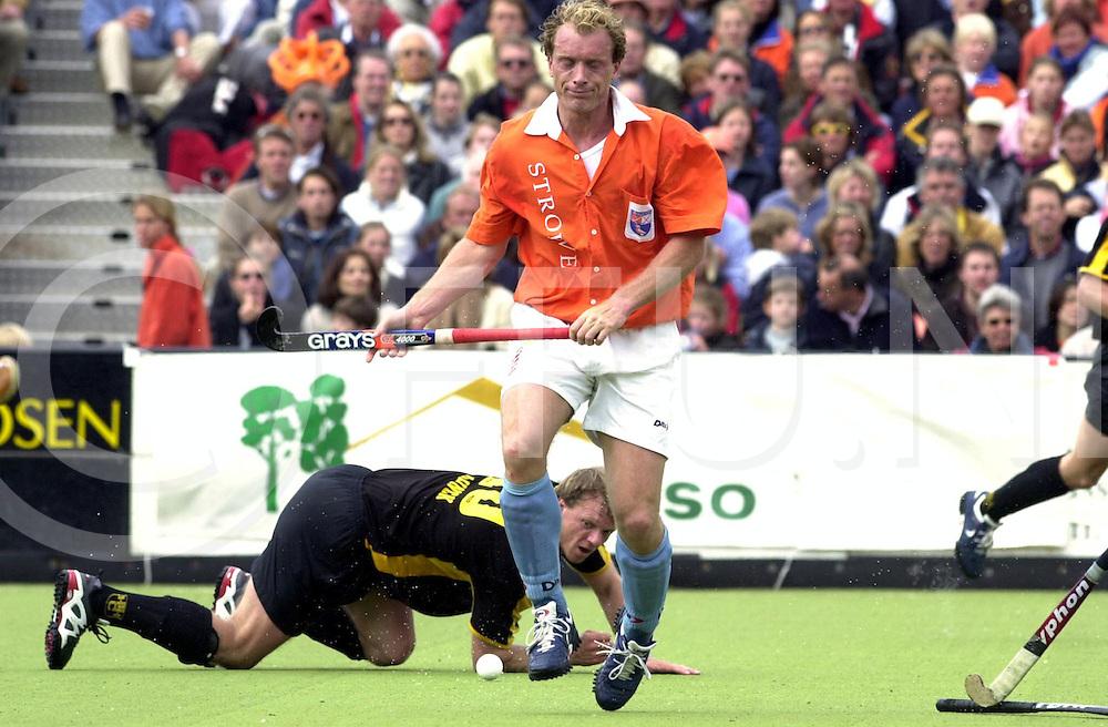 WFA00:HARVESTEHUEDE-BLOEMENDAAL EUROPACUP1 FINALE;4JUNI2001-.1-3 overwinning voor Bloemendaal.Remco van Wijk op de stick geslagen..WFA/fu/str.Fotografie Frank Uijlenbroek