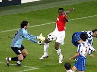 Fotball<br /> Champions League 200/04<br /> Finale<br /> Porto v Monaco<br /> Arena Aufschalke Stadium - Gelsenkirchen Tyskland<br /> 26. mai 2004<br /> Foto: Digitalsport<br /> NORWAY ONLY<br /> SHABANI NONDA (MON) / VITOR BAIA (POR)
