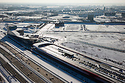 Nederland, Utrecht, Leidsche Rijn, 31-01-2010; The Wall, geluidsscherm en bedrijfsverzamelgebouw, parkeergarage met parkeerdek. In de voorgrond de nieuwe A2, ook wel Leidsche Rijn Boulevard genaamd, op het tweede plan de spoorlijn Utrecht-Gouda met het nu nog bijna lege bedrijventerrein De Wetering Zuid. Achter de spoorlijn de wijken Het Zand en Parkwijk (Noord)..The Wall, noise barrier and business center, parking garage with parking on the roof. In the foreground the new A2, also called Leidsche Rijn Boulevard, on the second plan the railway line Utrecht-Gouda with the almost empty business park De Wetering South. Behind the line the neighborhoods Parkwijk and Het Zand..luchtfoto (toeslag), aerial photo (additional fee required).foto/photo Siebe Swart
